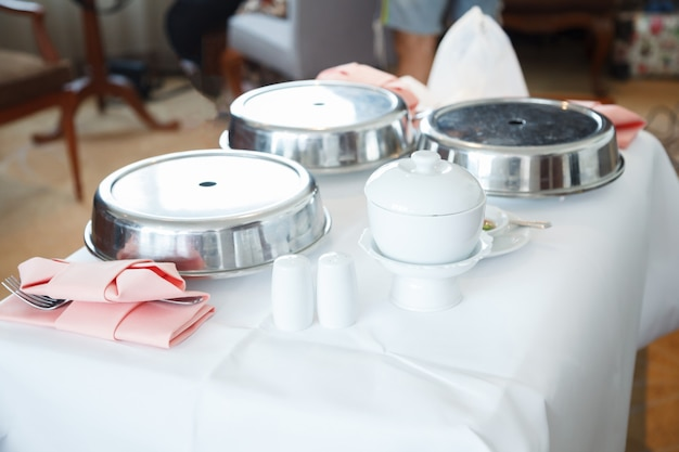 Der zimmerservice (speisen auf dem zimmer) ist der hotel-lieferservice für speisen und getränke