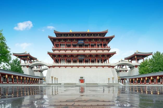 Der ziyun-turm wurde 727 n. chr. erbaut und ist das hauptgebäude des datang furong-gartens in xi'an, china. übersetzung: