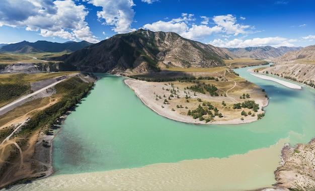 Der zusammenfluss der beiden flüsse katun und chuya der berühmte touristenort im altai-gebirge sibirien ...