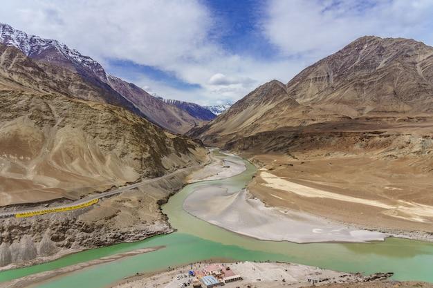 Der zusammenfluss der flüsse indus und zanskar besteht aus zwei verschiedenen wasserfarben