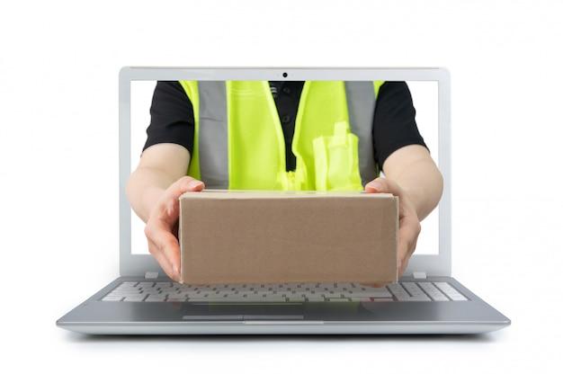 Der zusteller, der ein paket ausliefert, kommt von einem bildschirm eines laptops