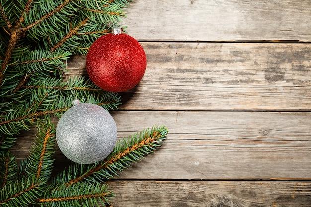 Der zweig eines weihnachtsbaumes und spielzeug