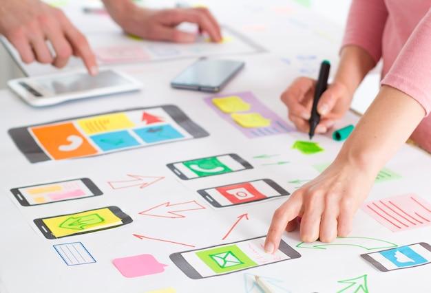 Design-anwendung für mobiltelefon. der spezialist erstellt eine prototypische benutzererfahrung