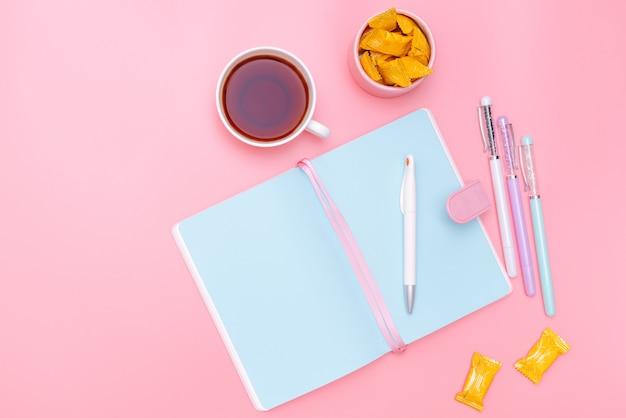 Design-büromaterial im stil eines arbeitsplatz-schreibtisches