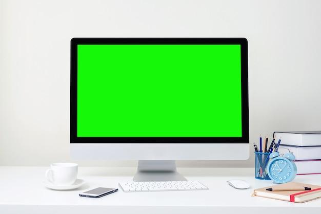 Design des arbeitsplatzes mit grünem computerbildschirm steht auf einem schreibtisch in einem büro, geschäft