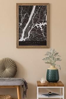 Design skandinavisches interieur des wohnzimmers mit mock-up-posterkarte, stilvoller holzbank, couchtisch, vasenblumen und eleganten accessoires. beige wand. moderne homestaging. schablone. japandi.