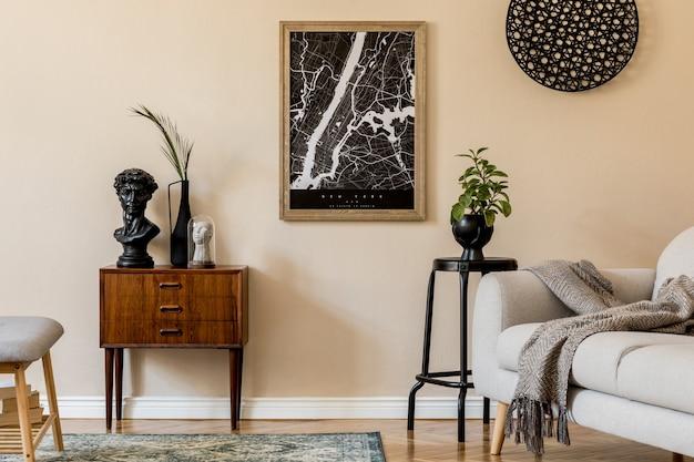 Design skandinavisches wohnzimmer mit posterkarte, stilvoller holzkommode, bank, sofa, blumen in vase und eleganten persönlichen accessoires. moderne homestaging. . japandi.