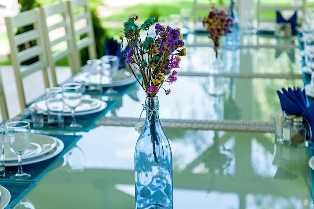 Design und dekoration der hochzeitsfeier mit weißen rosen und grünen blättern