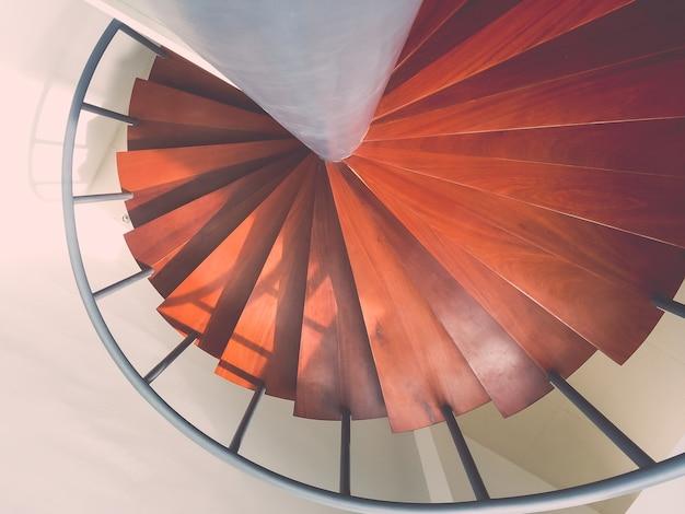 Design wendeltreppe aus holz mit roter farbe gemalt