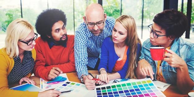 Designer arbeiten und brainstorming in einer besprechung
