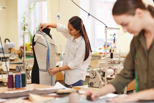 Designer arbeitet mit anzugmodell