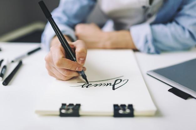 Designer bei der arbeit im büro