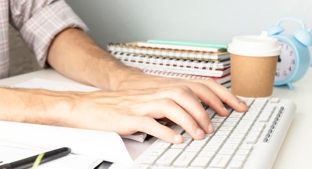 Designer bewegte hände, die mit laptop arbeiten.