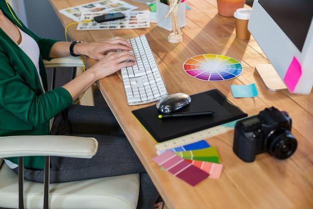 Designer, der auf tastatur schreibt