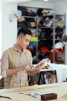 Designer, der digitale tablette für arbeit verwendet
