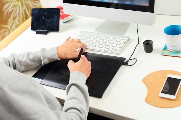 Designer, der grafische tablette im büro verwendet