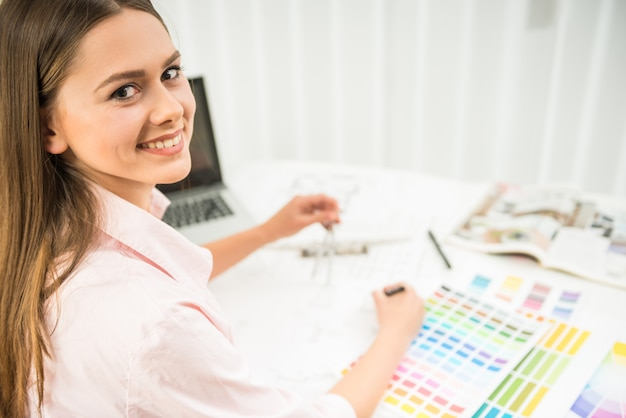 Designer, der in ihrem innenministerium mit farbproben arbeitet.