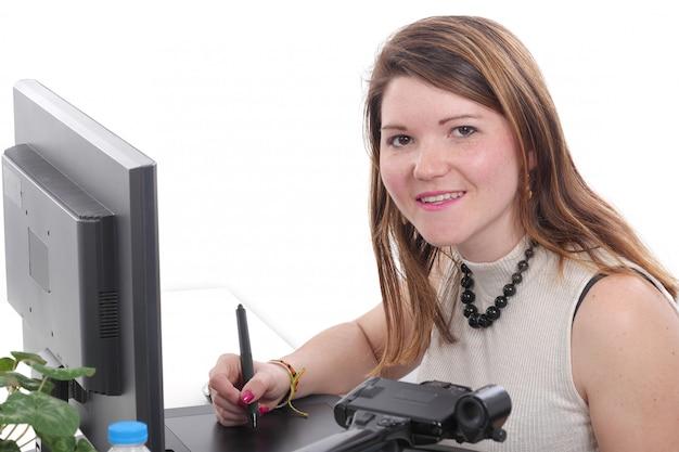 Designer der jungen frau, der grafiktablette verwendet