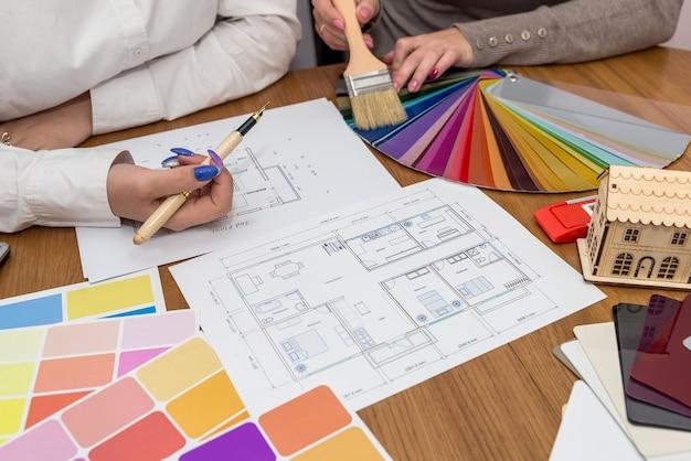 Designer, der mit farbpalette im büro arbeitet