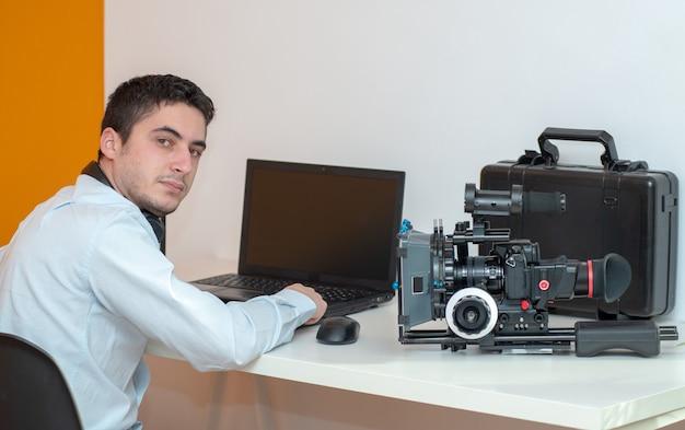 Designer des jungen mannes, der grafiktablett für videobearbeitung verwendet