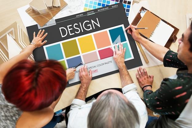 Designer, die an einem projekt arbeiten