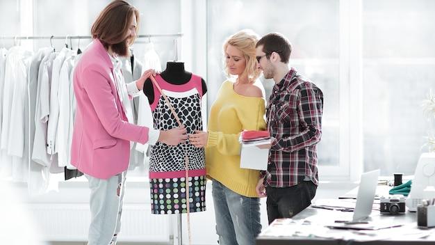 Designer diskutieren neue stoffmuster in einem kreativen studio.