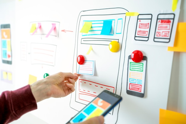 Designer entwickler von anwendungen für mobiltelefone am desktop