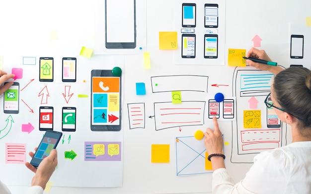 Designer erstellen eine schnittstellenanwendung für smartphones.