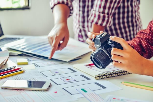 Designer grafik kreativ, kreativität frau arbeiten an camara und design färbung farbideen stil