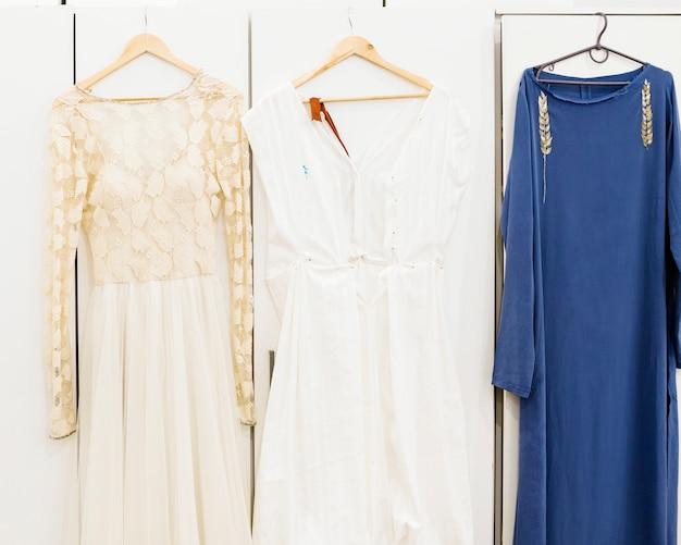 Designer-kleid hängt am kleiderbügel