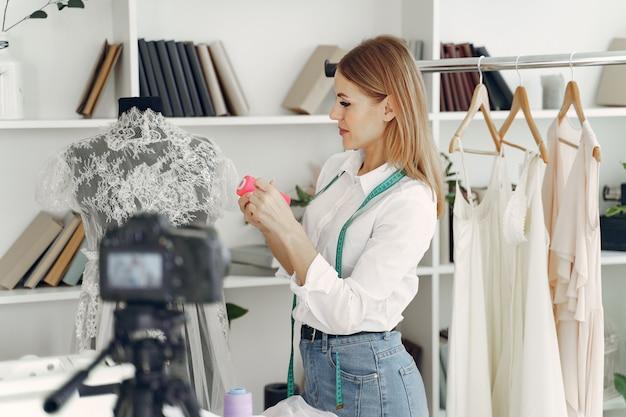 Designer kreiert kleidung und fotografiert vor der kamera