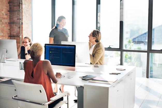 Designer-meeting-kollege teamwork-besetzungs-konzept