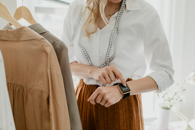 Designer mit einer digitalen smartwatch