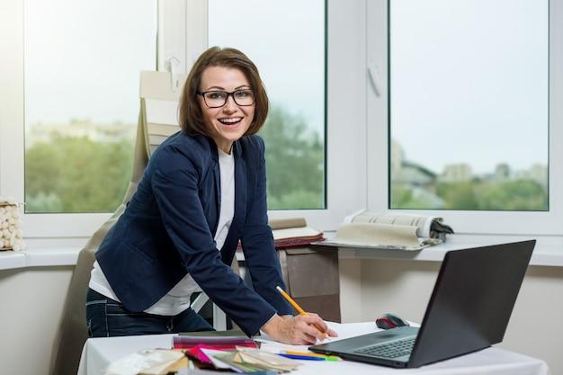 Designer oder architekt im büro sitzen