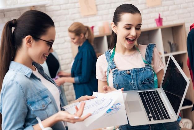 Designer suchen design für neues kleid auf laptop.