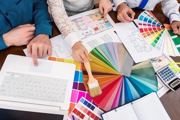 Designer-team über farbmuster, malerei und renovierung