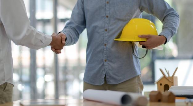 Designer und ingenieure schließen sich dem projekt an.