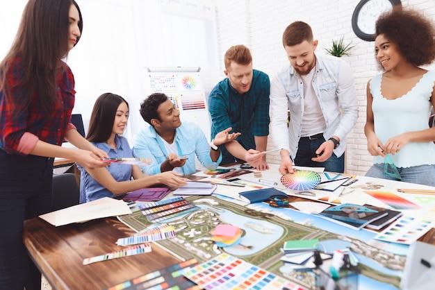 Designer verschiedener nationalitäten verbringen brainstorming.