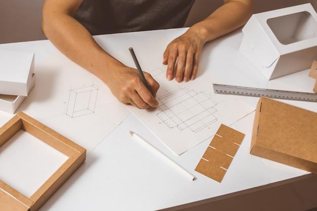 Designer zeichnet papierverpackungen