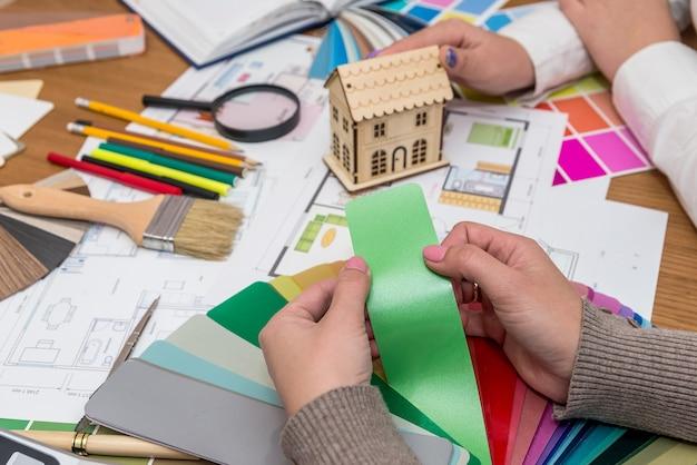 Designerhände mit grünem farbstreifen vom sampler