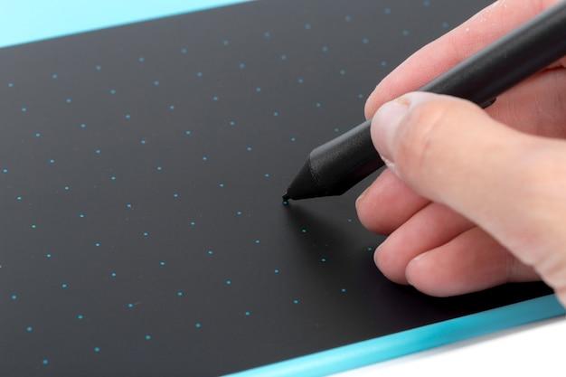 Designerhand unter verwendung der blauen grafischen tablette