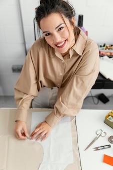 Designerin arbeitet alleine in ihrer werkstatt