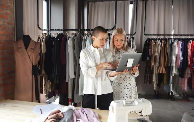 Designerin einer geschäftsfrau, die mit einem kunden spricht und gemeinsam ein neues kleid bespricht