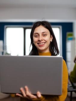 Designerin-schöpferin, die lächelnd in die kamera schaut