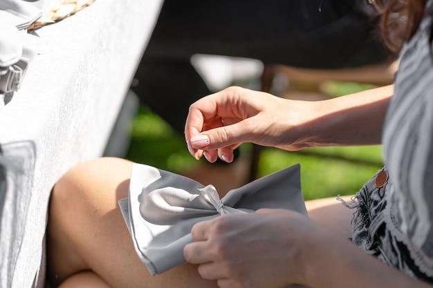 Designerinnen schmücken den veranstaltungsort für die feier einer open-air-hochzeitszeremonie.