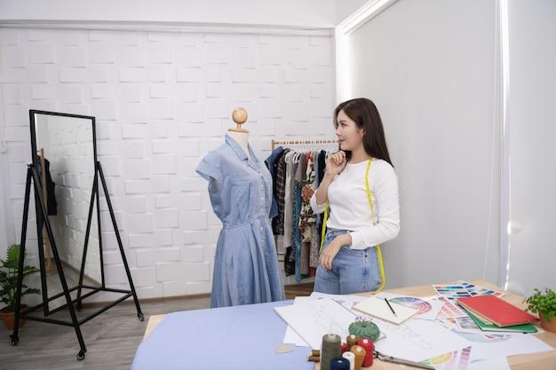 Designerkonzept die schneiderin entwirft im zimmer ein abendkleid