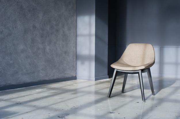 Designerstuhl im inneren eines schwarzen loft-studios