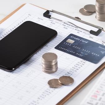 Designkonzept des jährlichen zusammenfassenden analyseberichts mit taschenrechner, bezahlung mit elektronischem gerät und kreditkarte.