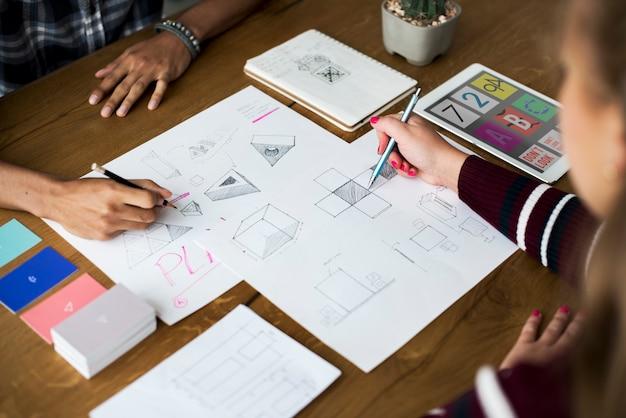 Designteamzeichnung skizzieren kleines geschäft