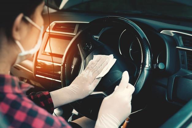 Desinfektion des autos, covid-19 coronavirus disease 2019, gesundheitswesen am fahrzeug.